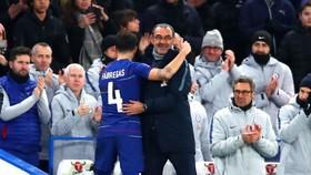 Cecs Fabregas ôm HLV Maurizio Sarri trong trạ6n thắng Nottingham Forest