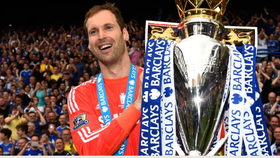 Pewtr Cech với danh hiệu Premier League cùng Chelsea.