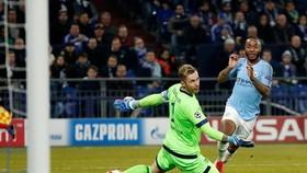 Raheem Sterling (phải) ghi bàn cho Man City trướcv Schalke