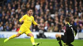 Eden Hazard ghi bàn vào lưới Brighton