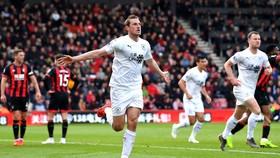 Chris Wood ăn mừng bàn thắng gỡ hòa cho Burnley