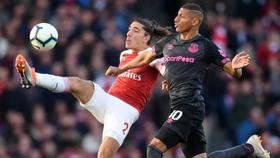 Richarlison (phải, Everton) tranh bóng với Hector Bellerin (Arsenal)