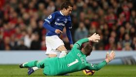 Tiền vệ Bernard (everton) rê bóng qua thủ thành De Gea (Man United)