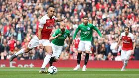 Arsenal - Brighton 1-1: Xhaka sai lầm, trao vé cho Chelsea