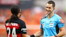 Trọng tài ngưới Aiustralia Jarred Gillett sẽ thổi ở Premier League.