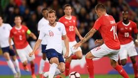 Harry Kane trong vòng vây hậu vệ Thụy Sĩ.
