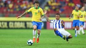 Coutinho đi bóng trước hàng thủ Honduras.