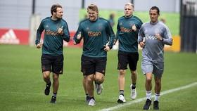 De Ligt (thứ 2 từ trái vào) ra sân tập với Ajax.
