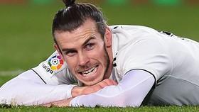 Gareth Bale vừa đá vừa nhặt tiền ở Trung Quốc