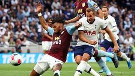 Harry Kane ghi bàn vào lưới Aston Villa.