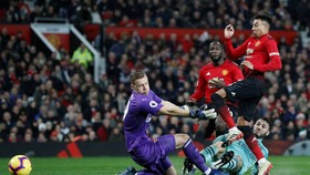 Jesse Lingard ghi bàn vào lưới Leno (Arsenal)
