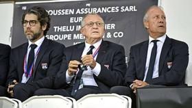 Juninho và Chủ tịch CLB Lyon là Jean Michel Aulas
