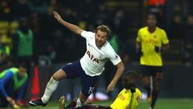 Harry Kane đi bóng qua hậu vệ Watford.