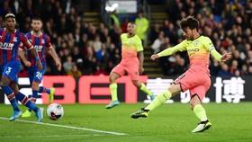David Silva (Man City) ghi bàn vào lưới Crystal Palace.