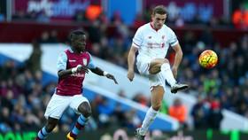 Jordan Henderson sút bóing trước khung thành Aston Villa