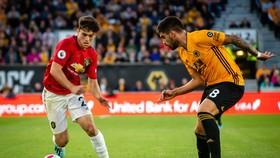 Dabniel James đối mặt với Jimenez (Wolves)