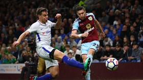Cesar Azpilicueta (trái, Chelsea) tranh bóng với Stephen Ward (Burnley_