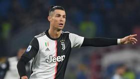 Ronaldo chạm mốc kỷ lục khi ghi cú đúp, Juventus thắng Fiorentina 3-0