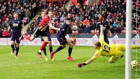John Lundstram (giữa) ghi bàn quyết định chiến thắng