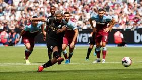 Sergio Aguero ghi bàn trong trận gặp West Ham