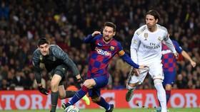 Lionel Messi  tranh bóng với Sergio Ramos và thủ thành Thibaut Courtois
