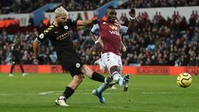 Sergiuo Aguero ghi bàn vào lưới Aston Villa ở Premier League