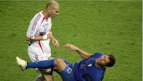 Zidane đánh mất sự kềm chế, húc đầu vào ngực Materazzi trong trận chung kết World Cup