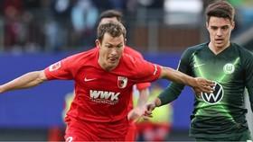 Hậu vệ người Thụy Sĩ Stephan Lichtsteiner (trái) tranh bóng với Josip Brekalo (Wolfsburg)