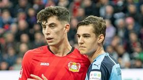 Kai Havertz (trái) sẽ giúp leverkusen giành điểm ở Gladbach