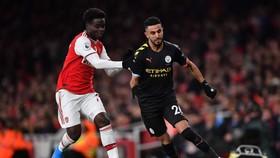 Riyad Mahrez (Manchester City, phải) cố gắng vượt qua Bukayo Saka (Arsenal)