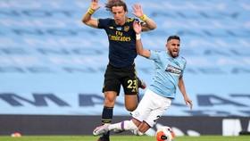 David Luiz phạm lỗi với Riyad Mahrez trong khu cấm