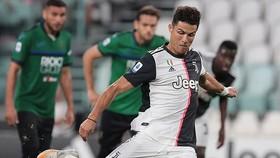Ronaldo 2 lần gỡ hòa cho Juve trên chấm11m