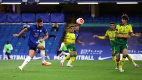 Olivier Giroud (trái) ghi bàn quyết định vào lưới Norwich