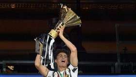 Ronaldo giương cao scudetto