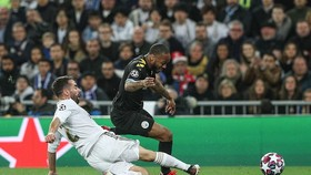 Raheem Sterling (Man City) vượt qua hậu vệ Carvajal (Real Madrid)