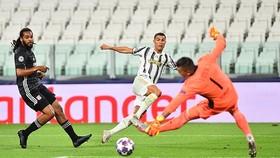 Ronaldo ghi 2 bàn nhưng Juve vẫn bị loại