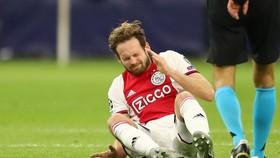 Daley Blind ngã quỵ trên sân