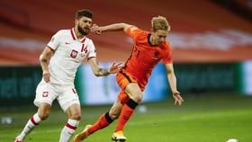 Frankie de Jong thoát qua hậu vệ Ba Lan