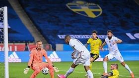Kylian Mbappe ghi bàn ở góc sút rất hẹp