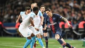 Di Maria đi bóng trước hàng thủ Marseille.
