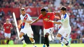 Anthony Martial đi bóng qua hậu vệ Palace