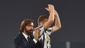 HLV Andrea Pirlo mừng chiến thắng đầu tay