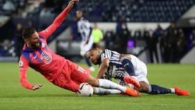 Olivier Giroud (Chelsea) bio5 ha675u vệ phạm lỗi