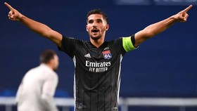 PSG nhảy vào vụ lôi kéo Houssem Aouar của Lyon