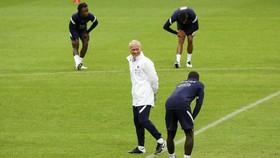 Didier Deschamps trên sân tập