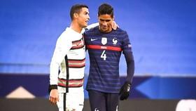 Cristiano Ronaldo và người đồng đội cũ Raphael Varane.