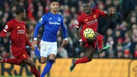Sadio Mane dứt điểm trước khung thành Everton