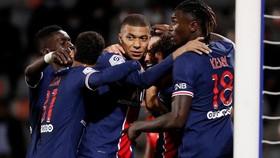 Moise Kean ăn mừng bàn thắng cùng Kylian Mbappe