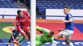 Pha bóng khủng khiếp khiến Van Dijk bị đứt dây chằng đầu gối