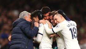 HLV Jose Mourinho cũng ăn mừng thắng lợi cùng các học trò
